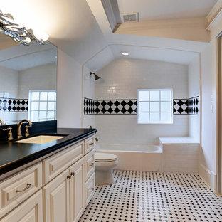 Immagine di una stanza da bagno per bambini chic di medie dimensioni con lavabo sottopiano, ante con bugna sagomata, ante bianche, top piastrellato, vasca ad alcova, vasca/doccia, WC monopezzo, piastrelle gialle, piastrelle in ceramica, pareti bianche e pavimento con piastrelle in ceramica