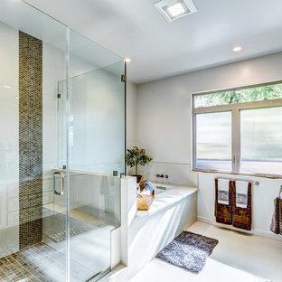 ロサンゼルスの大きいトランジショナルスタイルのおしゃれなマスターバスルーム (レイズドパネル扉のキャビネット、ベージュのキャビネット、アンダーマウント型浴槽、コーナー設置型シャワー、茶色いタイル、アンダーカウンター洗面器、珪岩の洗面台、セラミックタイルの床、グレーの壁、開き戸のシャワー) の写真
