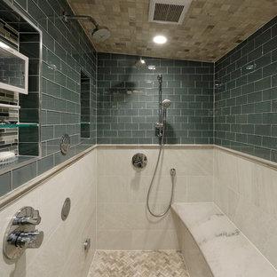 Esempio di una grande stanza da bagno padronale tradizionale con doccia alcova, pareti blu, pavimento con piastrelle a mosaico e panca da doccia
