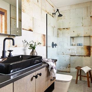 Идея дизайна: ванная комната среднего размера в стиле лофт с серой столешницей, плоскими фасадами, светлыми деревянными фасадами, душем в нише, бежевой плиткой, полом из мозаичной плитки, настольной раковиной, коричневым полом и открытым душем