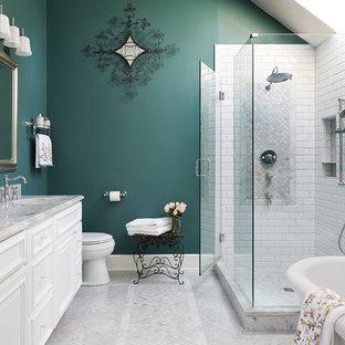 Idéer för ett stort klassiskt en-suite badrum, med vita skåp, ett fristående badkar, en hörndusch, vit kakel, tunnelbanekakel, gröna väggar, dusch med gångjärnsdörr, luckor med upphöjd panel, ett undermonterad handfat och grått golv