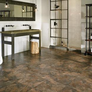 Idee per un'ampia stanza da bagno padronale industriale con doccia alcova, piastrelle bianche, piastrelle diamantate, pareti bianche, pavimento in vinile, lavabo a colonna e top in rame