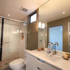 Modern Bathroom by Scott Bunney Architect