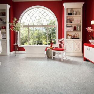 Immagine di una grande stanza da bagno padronale eclettica con ante lisce, ante bianche, vasca freestanding, pareti rosse, pavimento in marmo, lavabo a bacinella e pavimento grigio