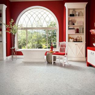 Idéer för stora eklektiska en-suite badrum, med röda väggar, ett fristående handfat, möbel-liknande, röda skåp och ett fristående badkar