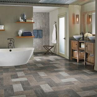 Exemple d'une salle de bain principale tendance de taille moyenne avec un placard à porte shaker, des portes de placard blanches, une baignoire indépendante, un carrelage blanc, un mur gris, un sol en ardoise, une vasque et un plan de toilette en calcaire.