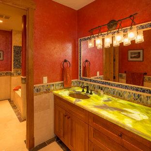 デンバーの大きい地中海スタイルのおしゃれなマスターバスルーム (アンダーカウンター洗面器、中間色木目調キャビネット、アルコーブ型浴槽、赤い壁、セラミックタイルの床、フラットパネル扉のキャビネット、クオーツストーンの洗面台) の写真
