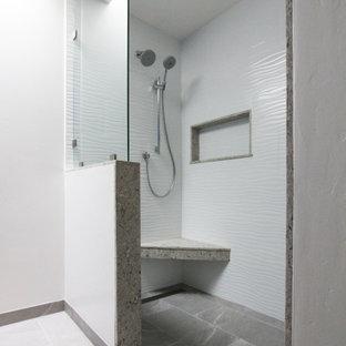 На фото: главная ванная комната среднего размера в стиле современная классика с фасадами в стиле шейкер, серыми фасадами, душем без бортиков, раздельным унитазом, белой плиткой, керамогранитной плиткой, синими стенами, полом из керамогранита, врезной раковиной, столешницей из искусственного кварца, серым полом, открытым душем, разноцветной столешницей, нишей, тумбой под две раковины и встроенной тумбой с