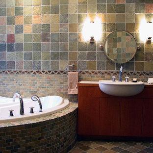 Großes Modernes Badezimmer mit flächenbündigen Schrankfronten, Toilette mit Aufsatzspülkasten, farbigen Fliesen, Schieferboden, Einbauwaschbecken, Eckbadewanne, Schieferfliesen, bunten Wänden, Marmor-Waschbecken/Waschtisch, hellbraunen Holzschränken, Doppeldusche, buntem Boden und Falttür-Duschabtrennung in Miami