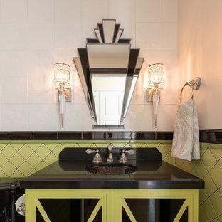 Diseño de cuarto de baño con ducha, tradicional renovado, pequeño, con armarios tipo vitrina, puertas de armario verdes, sanitario de dos piezas, baldosas y/o azulejos verdes, baldosas y/o azulejos de cerámica, paredes blancas, suelo con mosaicos de baldosas, lavabo bajoencimera, encimera de cuarzo compacto, suelo multicolor y encimeras negras