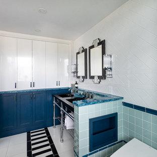 Foto di una piccola stanza da bagno padronale classica con consolle stile comò, doccia alcova, bidè, piastrelle blu, piastrelle in ceramica, pareti bianche, pavimento in marmo, lavabo sottopiano, top in quarzo composito, pavimento multicolore, porta doccia a battente e top nero