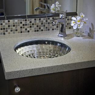 Идея дизайна: маленькая главная ванная комната в стиле модернизм с врезной раковиной, фасадами в стиле шейкер, темными деревянными фасадами, столешницей из искусственного кварца, ванной в нише, душем в нише, унитазом-моноблоком, разноцветной плиткой, плиткой мозаикой, коричневыми стенами и полом из керамогранита