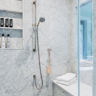 Foto de cuarto de baño principal, clásico, de tamaño medio, con baldosas y/o azulejos blancos, baldosas y/o azulejos de piedra, paredes grises, suelo de mármol, ducha empotrada, sanitario de una pieza, lavabo bajoencimera y ducha abierta