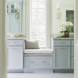 Esempio di una stanza da bagno padronale classica di medie dimensioni con lavabo sottopiano, ante con riquadro incassato, ante grigie, top in marmo, doccia a filo pavimento, WC monopezzo, piastrelle bianche, piastrelle in pietra, pareti grigie e pavimento in marmo