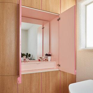Kleines Nordisches Badezimmer En Suite mit freistehender Badewanne, Eckdusche, Toilette mit Aufsatzspülkasten, weißen Fliesen, Mosaikfliesen, weißer Wandfarbe, Zementfliesen, Wandwaschbecken, rosa Boden und Falttür-Duschabtrennung in Melbourne