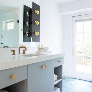 Foto di una stanza da bagno tradizionale con ante lisce, ante grigie, pareti bianche, lavabo sottopiano, pavimento blu e top bianco