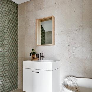 Неиссякаемый источник вдохновения для домашнего уюта: маленькая детская ванная комната в современном стиле с фасадами островного типа, белыми фасадами, отдельно стоящей ванной, писсуаром, зеленой плиткой, керамической плиткой, серыми стенами, полом из цементной плитки, подвесной раковиной, столешницей из искусственного камня, серым полом и белой столешницей