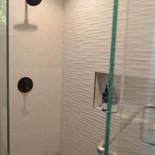 Foto de cuarto de baño con ducha, actual, grande, con armarios con paneles lisos, puertas de armario de madera oscura, ducha doble, baldosas y/o azulejos blancos, baldosas y/o azulejos de cerámica, encimera de acrílico, ducha con puerta con bisagras y encimeras blancas