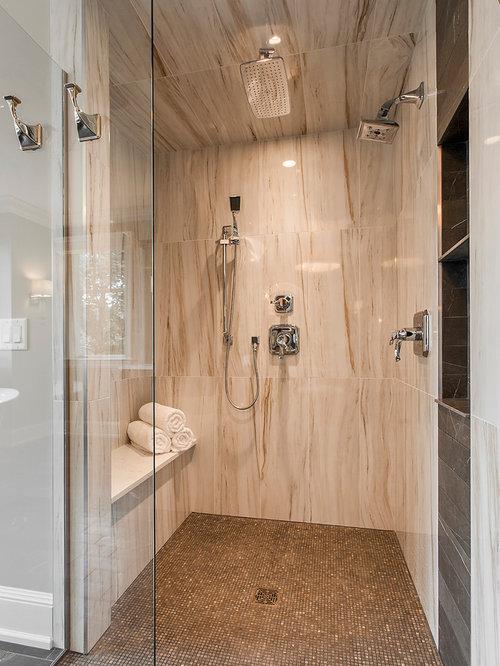 Salle de bain avec une baignoire d 39 angle et un placard en - Placard d angle salle de bain ...