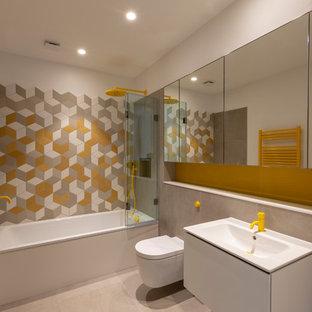 Immagine di una stanza da bagno design di medie dimensioni con nessun'anta, ante bianche, WC sospeso, pareti bianche, lavabo a bacinella, top in legno, pavimento multicolore, porta doccia a battente e top beige