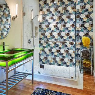 Idee per una stanza da bagno con doccia contemporanea con lavabo sottopiano, nessun'anta, doccia ad angolo, piastrelle multicolore, pavimento in legno massello medio, pareti multicolore e top verde