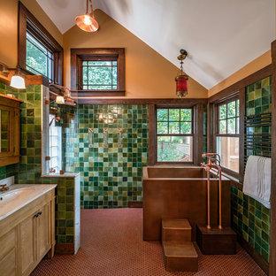 Immagine di una stanza da bagno padronale american style di medie dimensioni con lavabo sottopiano, consolle stile comò, ante in legno scuro, top in marmo, vasca freestanding, doccia aperta, piastrelle verdi, pareti marroni e doccia aperta