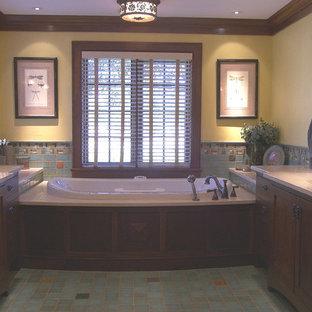 Ispirazione per una stanza da bagno padronale chic di medie dimensioni con ante in stile shaker, ante in legno bruno, vasca da incasso, piastrelle multicolore, pareti gialle, pavimento con piastrelle a mosaico, lavabo sottopiano, top in marmo e piastrelle a mosaico