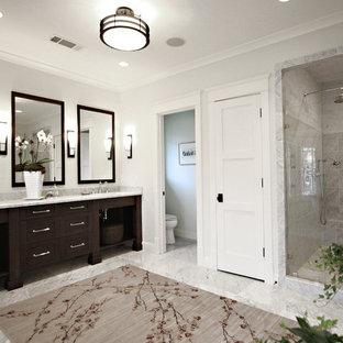 Klassisches Badezimmer mit dunklen Holzschränken, Duschnische, grauen Fliesen, offenen Schränken und WC-Raum in Atlanta