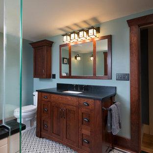 На фото: класса люкс главные ванные комнаты среднего размера в стиле кантри с фасадами в стиле шейкер, темными деревянными фасадами, отдельно стоящей ванной, душем в нише, раздельным унитазом, черно-белой плиткой, керамогранитной плиткой, зелеными стенами, полом из мозаичной плитки, врезной раковиной и столешницей из талькохлорита