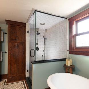 デトロイトの中くらいのおしゃれなマスターバスルーム (シェーカースタイル扉のキャビネット、濃色木目調キャビネット、置き型浴槽、アルコーブ型シャワー、分離型トイレ、モノトーンのタイル、磁器タイル、緑の壁、モザイクタイル、アンダーカウンター洗面器、ソープストーンの洗面台) の写真