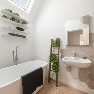 На фото: ванная комната среднего размера в современном стиле с отдельно стоящей ванной, бежевой плиткой, цементной плиткой, белыми стенами, пробковым полом, подвесной раковиной и бежевым полом