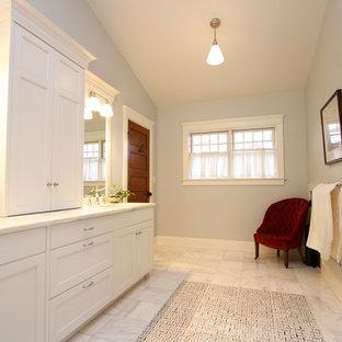 Esempio di una stanza da bagno padronale stile americano di medie dimensioni con lavabo sottopiano, ante in stile shaker, ante bianche, top in marmo, doccia alcova, WC a due pezzi, piastrelle grigie, piastrelle in gres porcellanato, pareti grigie e pavimento in marmo