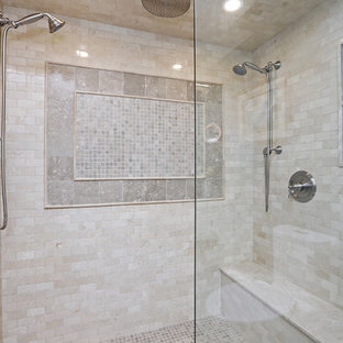 Idee per una stanza da bagno padronale chic con ante con bugna sagomata, ante bianche, doccia doppia, piastrelle beige, piastrelle di marmo, pareti blu, pavimento in pietra calcarea, lavabo sottopiano, top in onice e porta doccia a battente