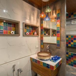 Ejemplo de cuarto de baño infantil, contemporáneo, con baldosas y/o azulejos multicolor, baldosas y/o azulejos de cerámica, suelo de cemento, lavabo sobreencimera, suelo gris, ducha abierta y paredes multicolor