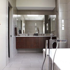 Modern Bathroom by TaC studios, architects