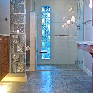 Modelo de cuarto de baño principal, minimalista, pequeño, con lavabo bajoencimera, armarios con paneles lisos, puertas de armario de madera oscura, encimera de cuarzo compacto, ducha a ras de suelo, sanitario de dos piezas, baldosas y/o azulejos blancos, baldosas y/o azulejos de vidrio, paredes grises y suelo de linóleo