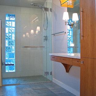 Immagine di una piccola stanza da bagno padronale minimalista con lavabo sottopiano, ante lisce, ante in legno scuro, top in quarzo composito, doccia a filo pavimento, WC a due pezzi, piastrelle bianche, piastrelle di vetro, pareti grigie e pavimento in linoleum
