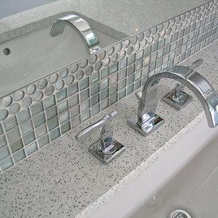 Idee per una piccola stanza da bagno padronale minimalista con lavabo sottopiano, ante lisce, ante in legno scuro, top in quarzo composito, doccia a filo pavimento, WC a due pezzi, piastrelle bianche, piastrelle di vetro, pareti grigie e pavimento in linoleum