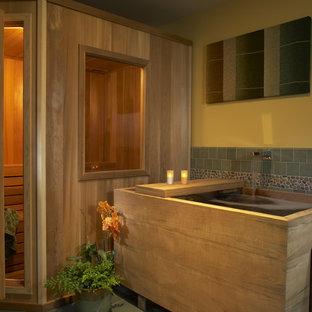 На фото: баня и сауна в восточном стиле с японской ванной