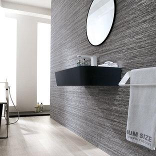 Diseño de cuarto de baño principal, de estilo zen, con lavabo suspendido, bañera exenta, suelo de baldosas de porcelana y suelo beige