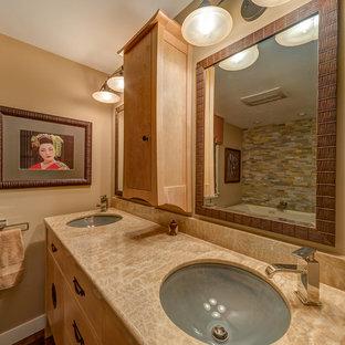 Imagen de cuarto de baño principal, asiático, de tamaño medio, con armarios tipo mueble, puertas de armario de madera clara, baldosas y/o azulejos beige, suelo de baldosas tipo guijarro, suelo de madera oscura, lavabo bajoencimera y encimera de ónix