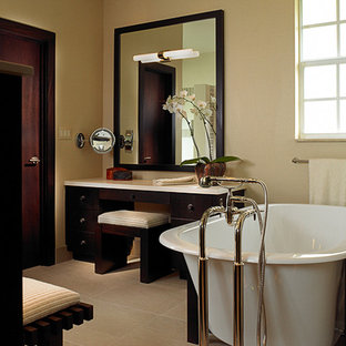Ejemplo de cuarto de baño principal, de estilo zen, grande, con armarios tipo mueble, puertas de armario de madera en tonos medios, ducha empotrada, paredes beige, suelo de piedra caliza, encimera de ónix y bañera exenta