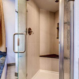 Großes Asiatisches Badezimmer En Suite mit Aufsatzwaschbecken, Schrankfronten im Shaker-Stil, hellbraunen Holzschränken, Granit-Waschbecken/Waschtisch, japanischer Badewanne, Eckdusche, Wandtoilette mit Spülkasten, grauen Fliesen, Keramikfliesen, lila Wandfarbe und Keramikboden in Denver