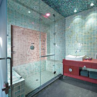 ニューヨークの広いエクレクティックスタイルのおしゃれなサウナ (セラミックタイル、フラットパネル扉のキャビネット、赤いキャビネット、木製洗面台、緑のタイル、緑の壁、コンクリートの床、赤い洗面カウンター) の写真