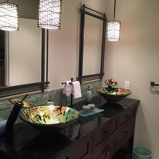 Modelo de cuarto de baño con ducha, de estilo zen, de tamaño medio, con lavabo sobreencimera, armarios estilo shaker, puertas de armario de madera en tonos medios, bañera empotrada, combinación de ducha y bañera, sanitario de una pieza, baldosas y/o azulejos grises, baldosas y/o azulejos de porcelana, paredes grises, suelo de baldosas de porcelana, encimera de cuarzo compacto, suelo gris y ducha con puerta con bisagras