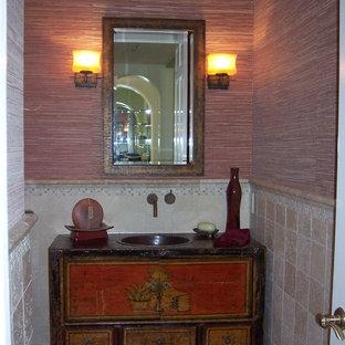 Kleines Asiatisches Duschbad mit verzierten Schränken, Schränken im Used-Look, Keramikfliesen, roter Wandfarbe, Keramikboden, Sockelwaschbecken und Waschtisch aus Holz in Orange County