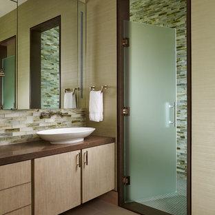 Пример оригинального дизайна интерьера: баня и сауна среднего размера в восточном стиле с плоскими фасадами, светлыми деревянными фасадами, бежевой плиткой, коричневой плиткой, белой плиткой, стеклянной плиткой, бежевыми стенами, полом из линолеума, настольной раковиной, столешницей из гранита, душем в нише, коричневым полом и душем с распашными дверями