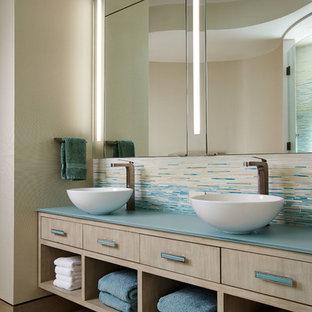 Idéer för stora funkis blått en-suite badrum, med ett fristående handfat, skåp i ljust trä, flerfärgad kakel, mosaik, beige väggar, ett fristående badkar, släta luckor, klinkergolv i porslin och beiget golv