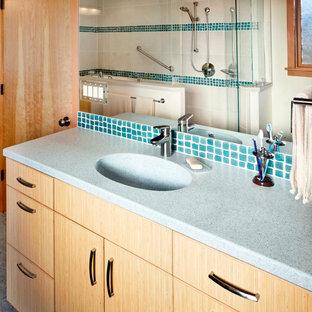 Großes Asiatisches Badezimmer En Suite mit flächenbündigen Schrankfronten, hellen Holzschränken, japanischer Badewanne, braunen Fliesen, Porzellanfliesen, weißer Wandfarbe, Linoleum, integriertem Waschbecken und Quarzit-Waschtisch in Sonstige