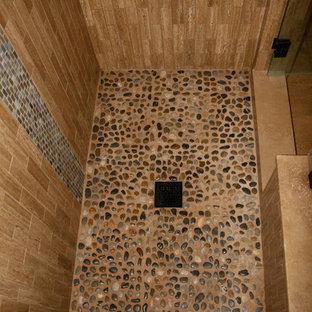 Aménagement d'une grand salle de bain principale asiatique avec une vasque, un placard en trompe-l'oeil, des portes de placard en bois sombre, une baignoire encastrée, une douche ouverte, un WC à poser, un carrelage marron, un carrelage de pierre, un sol en travertin, un mur bleu et un plan de toilette en surface solide.